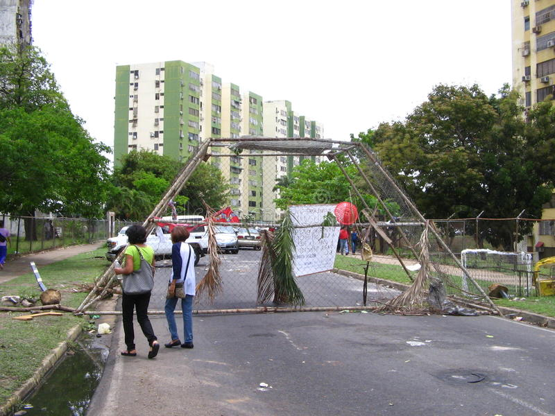 Vie bloccate dalle proteste antigovernative nella città di Puerto Ordaz, Venezuela fotografia stock