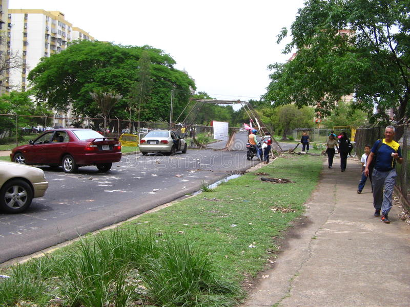 Vie bloccate dalle proteste antigovernative nella città di Puerto Ordaz, Venezuela fotografia stock libera da diritti