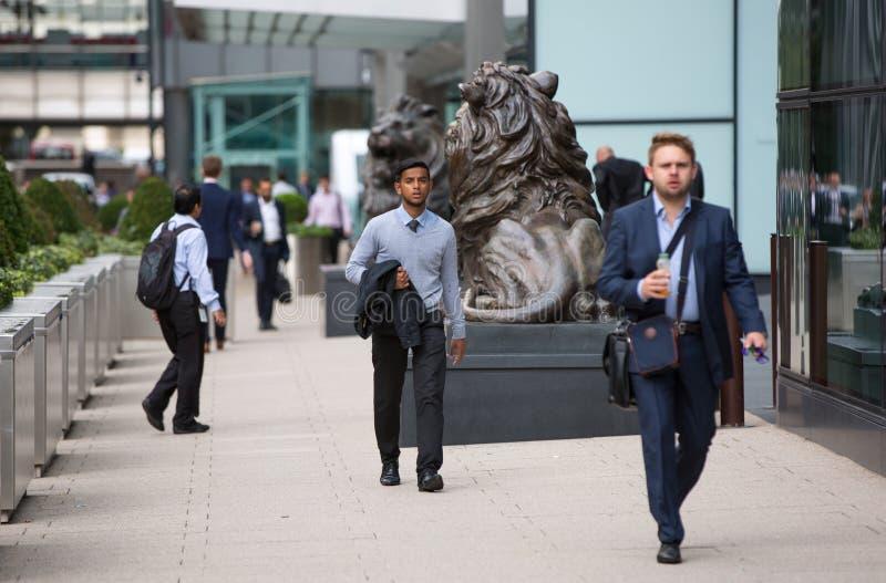 Vie d'entreprise de Canary Wharf Groupe de gens d'affaires allant travailler photographie stock libre de droits