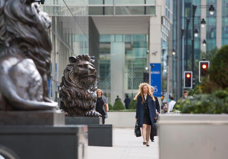 Vie d'entreprise de Canary Wharf Groupe de gens d'affaires allant travailler images stock