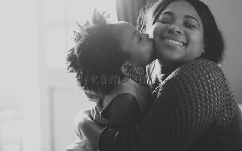 Vie de repos à la maison de Chambre de famille d'origine africaine photos stock