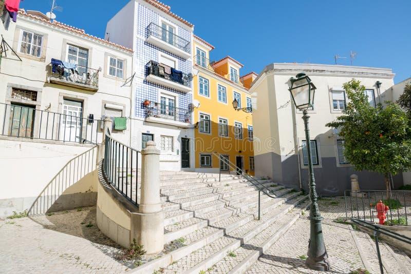Vie di Alfama a Lisbona, Portogallo fotografia stock libera da diritti