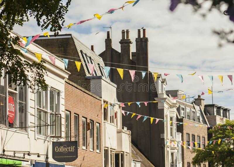 Vie di Brighton, Inghilterra - sole giallo fotografie stock libere da diritti
