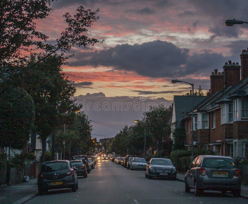 Vie di Londra, Inghilterra - una via al tramonto fotografia stock