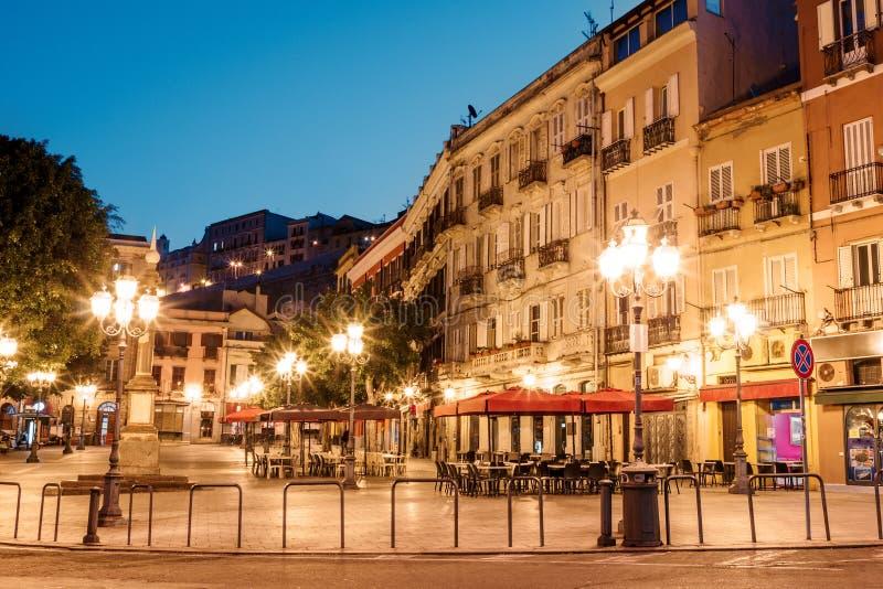 Vie di mattina con le lanterne ed i caffè a Cagliari Italia immagini stock libere da diritti