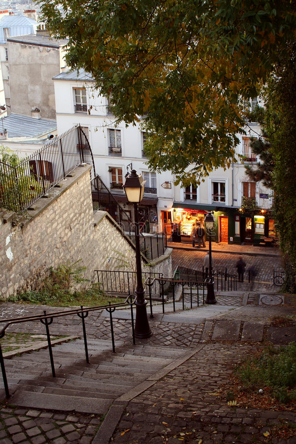 Vie di Parigi entro la notte - Montmartre fotografia stock libera da diritti