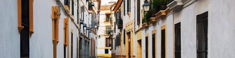 Vie di vecchia città in Andalusia che contiene architettura storica Via vuota calma a Cordova, Spagna fotografie stock libere da diritti