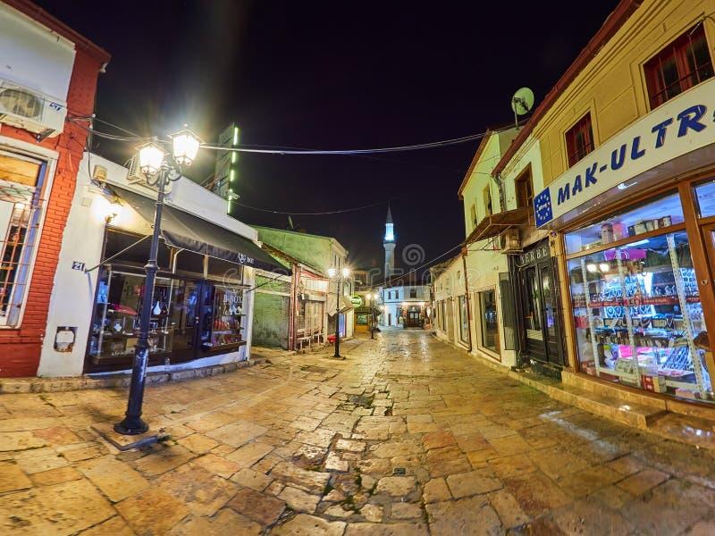 Vie di vecchio bazar di Skopje alla notte immagini stock