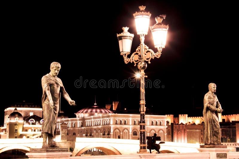 Vie e monumenti di sera a Skopje, Macedonia immagini stock