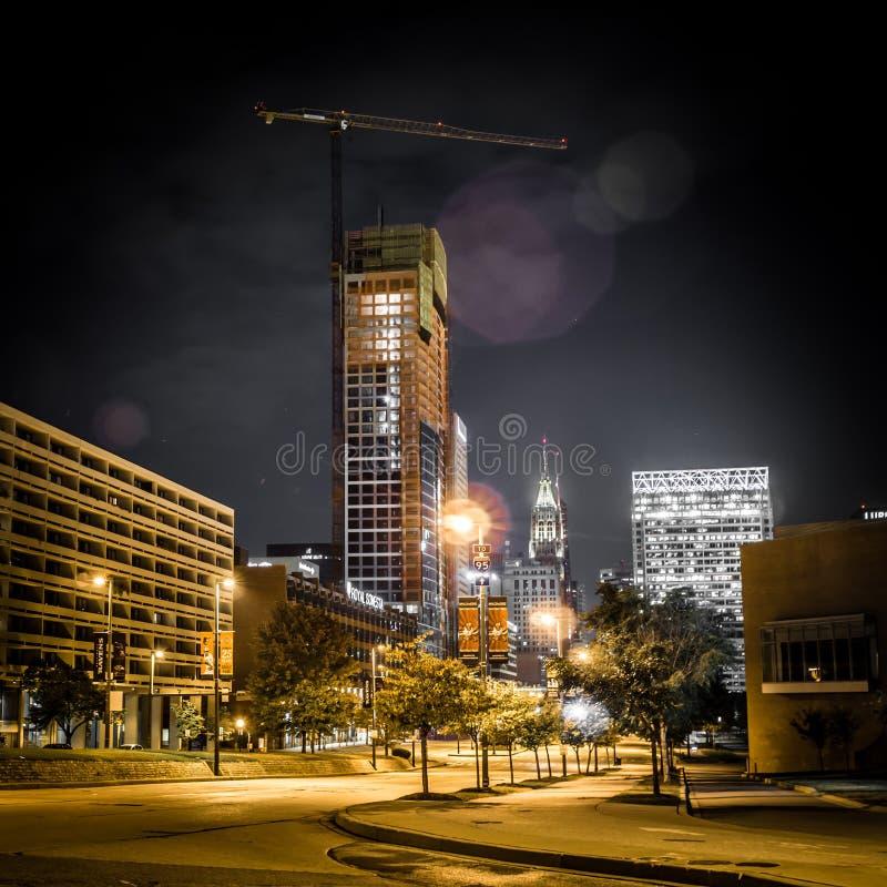 Vie e orizzonte della città di Baltimora Maryland alla notte fotografie stock libere da diritti