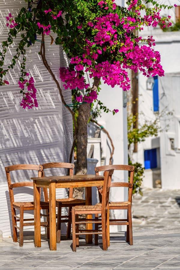 Vie ed architettura di stile di Cicladi nel villaggio di Lefkes, Paros, Grecia fotografia stock libera da diritti