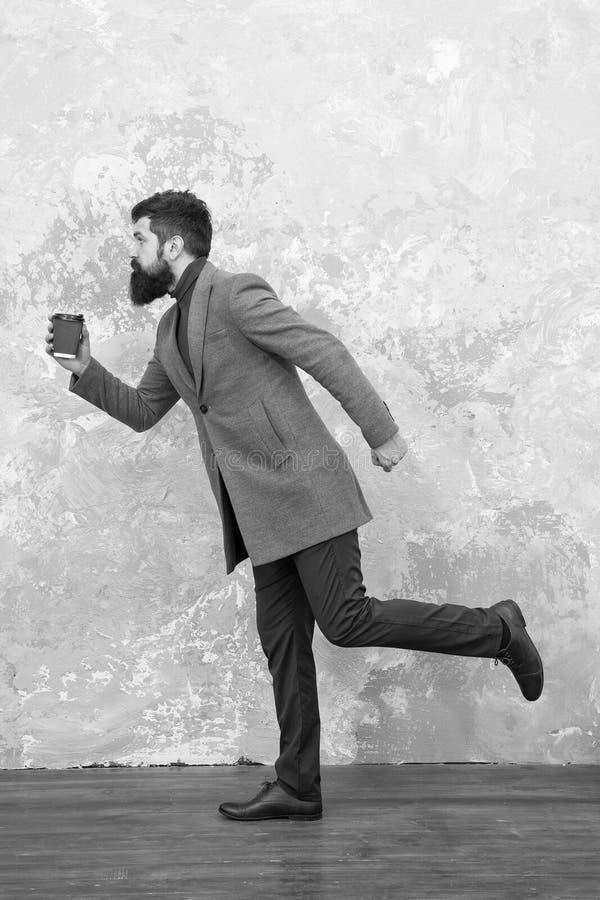 Vie moderne Mod?le de mode m?le Boisson m?re d'homme d'affaires emporter le caf? E trendy photos libres de droits