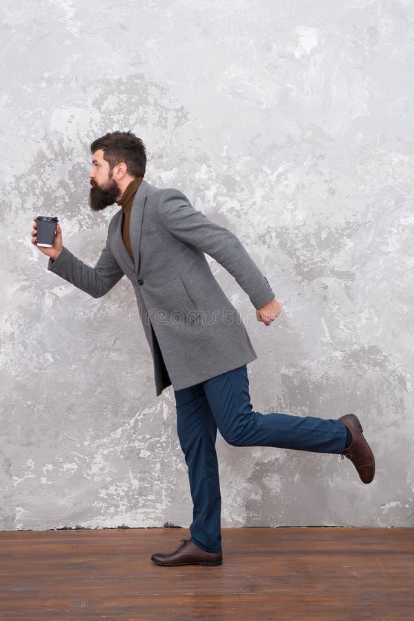 Vie moderne Mod?le de mode m?le Boisson m?re d'homme d'affaires emporter le caf? E trendy images stock