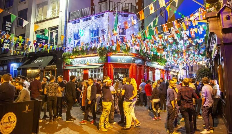 Vie nocturne à Dublin, barre de temple image stock