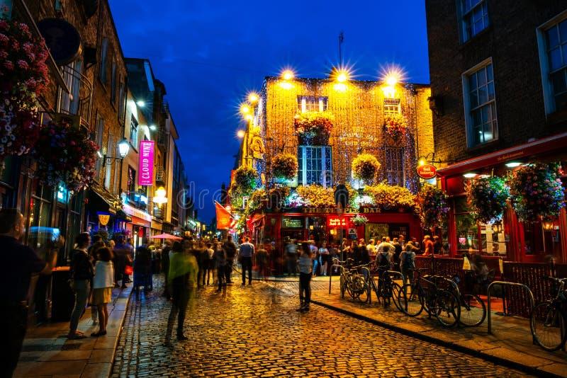 Vie nocturne à la partie historique populaire de la ville - quart de barre de temple à Dublin, Irlande images libres de droits