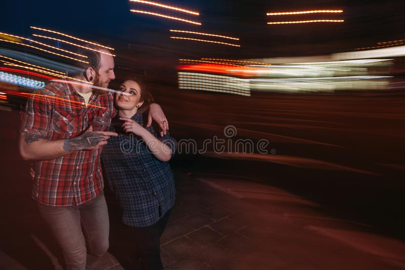 Vie nocturne de la jeunesse Couples de hippie dans le mouvement image stock