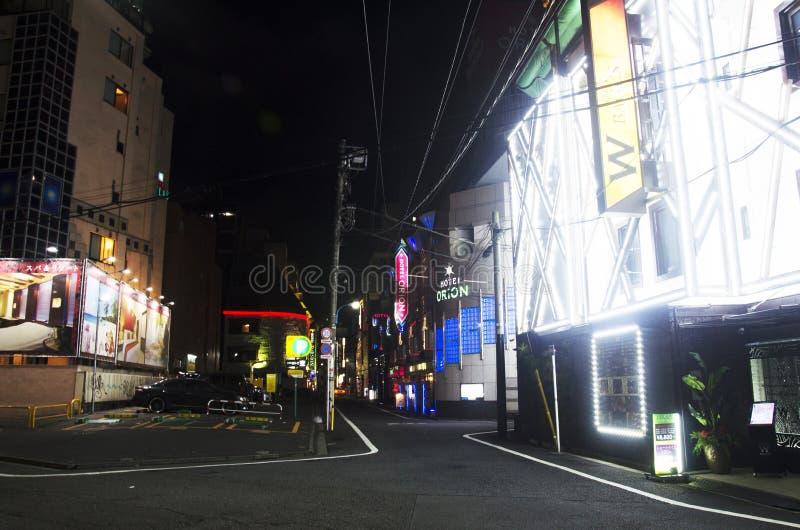 Vie nocturne de peuple japonais à la petite allée du secteur de Shinjuku photographie stock libre de droits