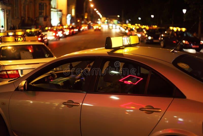 Vie nocturne de ville. Beaucoup de lumières lumineuses photos libres de droits