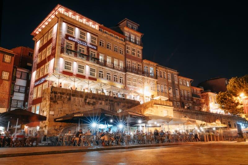 Vie nocturne sur la promenade serrée de la rivière de Douro avec des cafés et des restaurants à Porto images stock