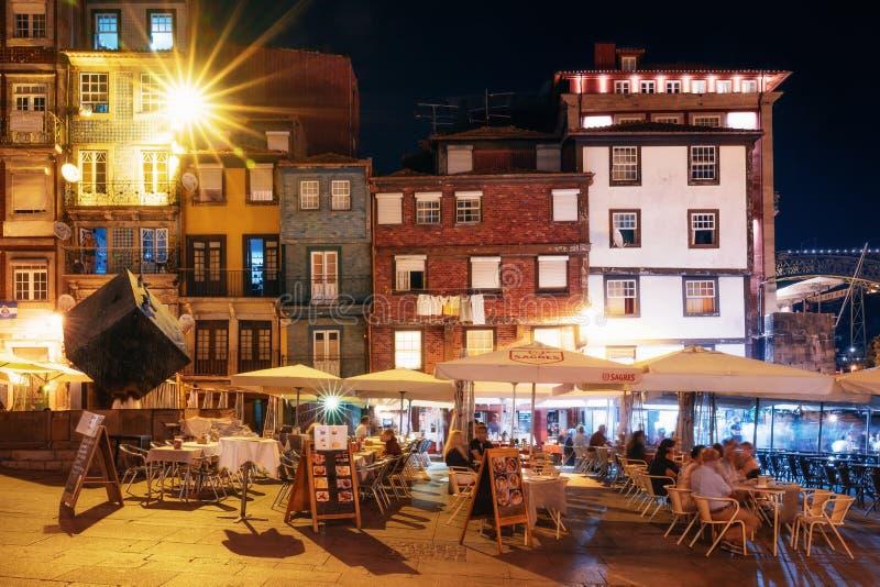 Vie nocturne sur la promenade serrée de la rivière de Douro avec des cafés et des restaurants à Porto photos libres de droits