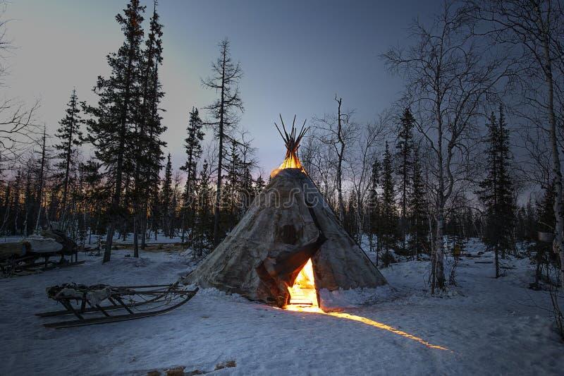 Vie quotidienne des bergers indigènes russes de renne dans l'Arctique photo stock