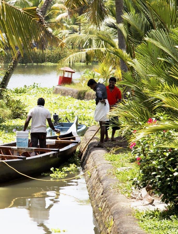Vie quotidienne et échange sur des mares du Kerala images stock