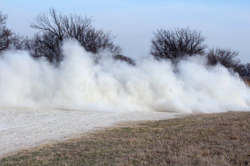 Vie rapide allante de pays de nuage de poussière photo stock