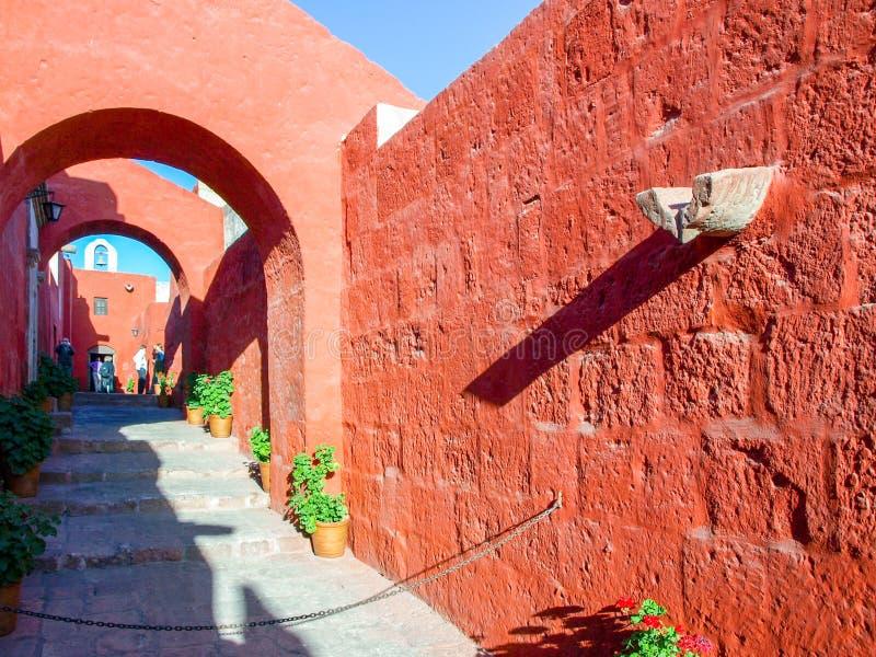 Vie rosse della facciata di Santa Catalina Monastery a Arequipa, Per?, Sudamerica immagini stock