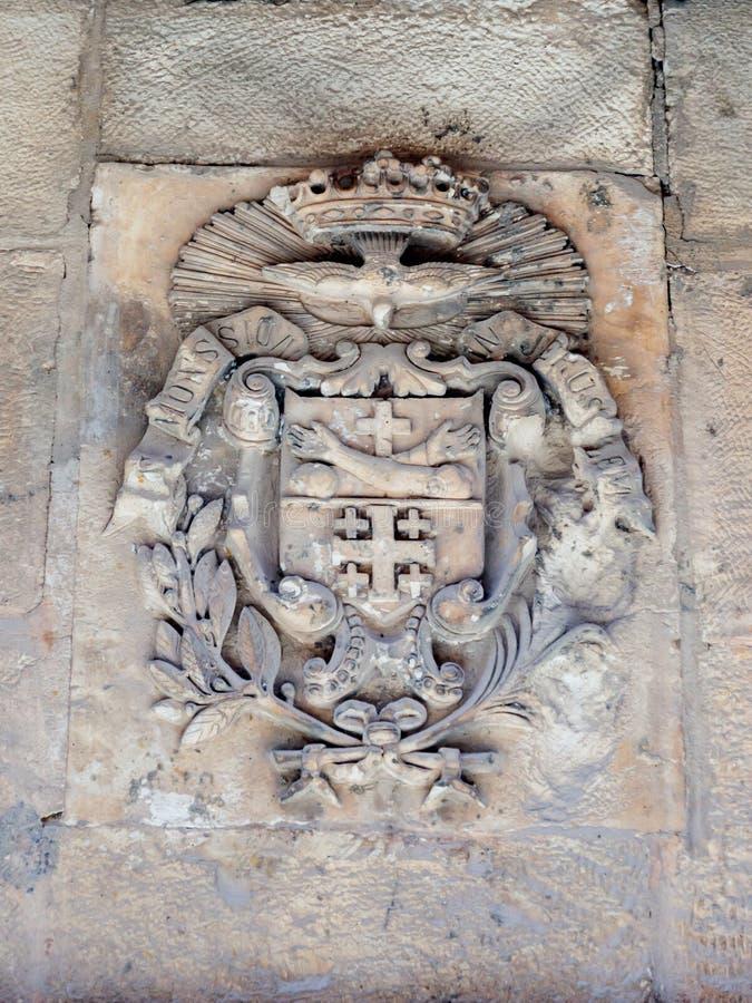 Vie silenziose nella vecchia città di Gerusalemme, Israele La stemma sulla parete della casa sopra via Delorosa immagini stock