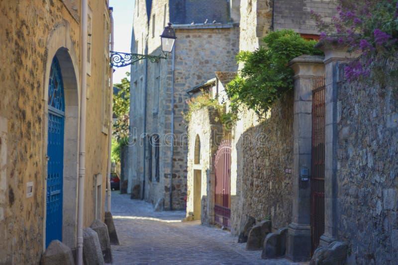 Vie strette dalle pietre per lastricati con le pietre medievali per le cocchiere immagini stock libere da diritti