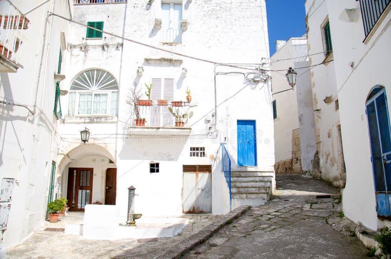 Vie strette della città con le costruzioni bianche, Puglia, Ital di Ostuni immagine stock