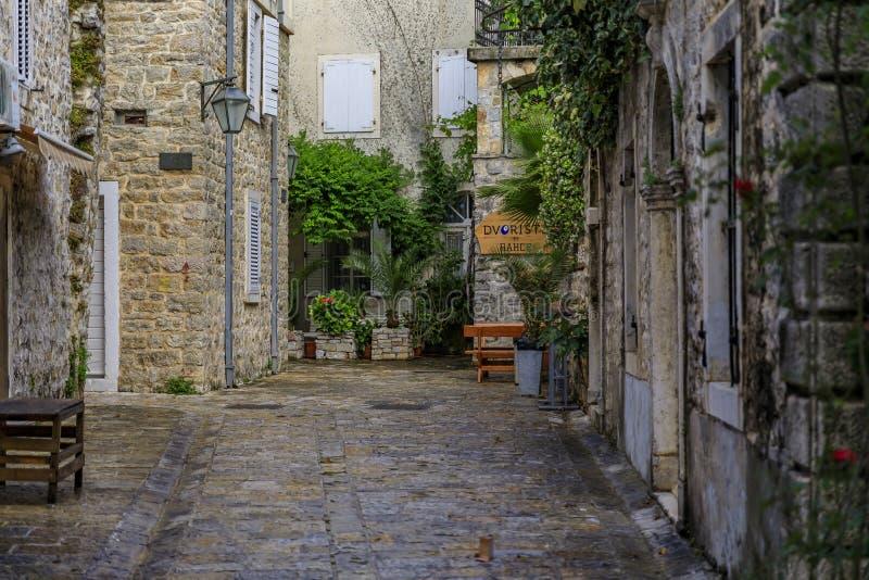 Vie strette pittoresche di vecchia città in Budua Montenegro nei Balcani sul mare adriatico fotografia stock