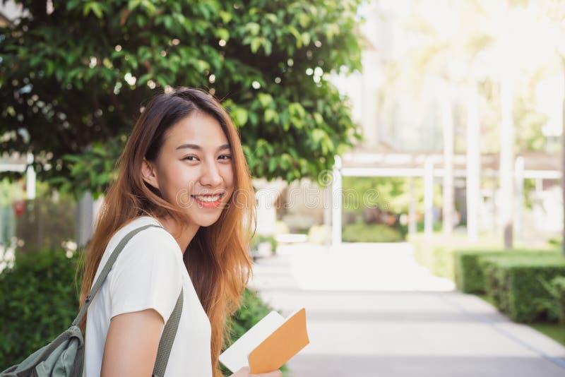 Vie strette soleggiate piene d'ammirazione della giovane donna asiatica del viaggiatore belle a Bangkok, Tailandia immagine stock libera da diritti