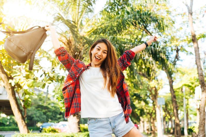 Vie strette soleggiate piene d'ammirazione della giovane donna asiatica del viaggiatore belle a Bangkok, Tailandia Giorno soleggi fotografia stock