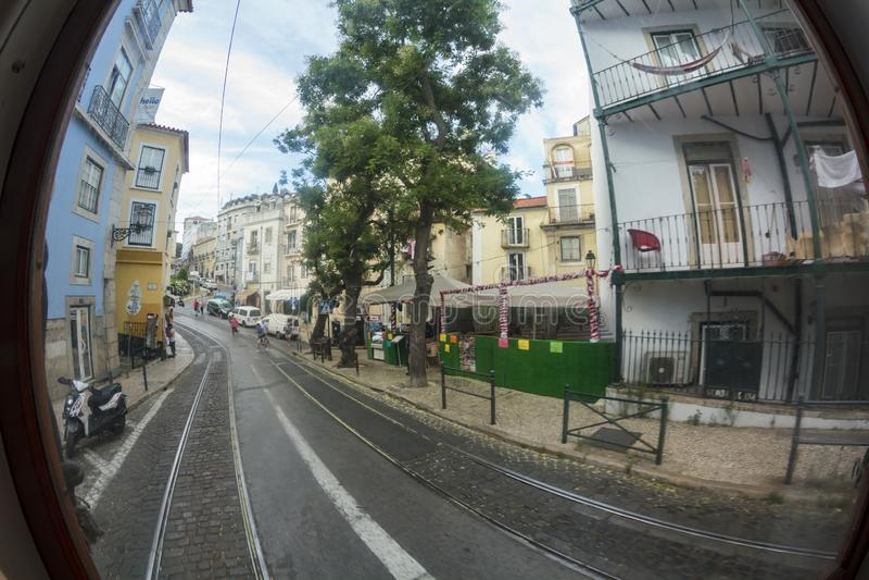 Vie tipiche di Lisbona Vista dall'interno di un tram Effetto di Fisheye fotografia stock libera da diritti