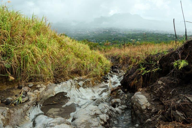 Vieil écoulement de lave de cratère de Tompaluan image libre de droits