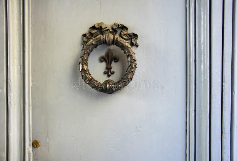 Vieil élément architectonique en bronze sur une porte à Florence, Italie photo libre de droits