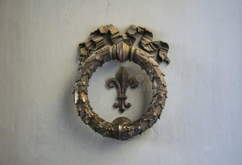 Vieil élément architectonique en bronze sur une porte à Florence, Italie photo stock
