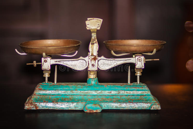 Vieil équilibre d'or de balance, vieille échelle antique, ol de vintage images libres de droits