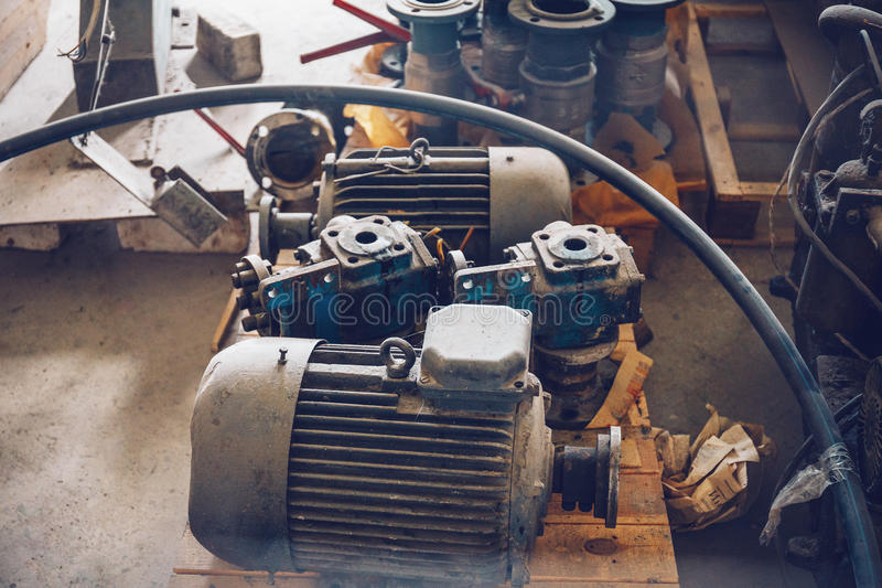 Vieil équipement de pièce de machine en métal d'industrie, atelier intérieur ou usine photo stock