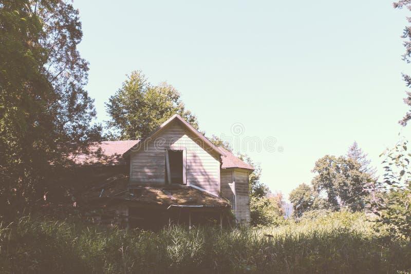 Vieil abandonné et moitié de maison en bois détruite dans les bois images libres de droits