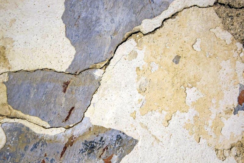 Vieil abr?g? sur pl?tr? mur Détail de mur antique avec le plâtre de émiettage endommagé avec l'endroit vide pour le texte Plan ra image libre de droits