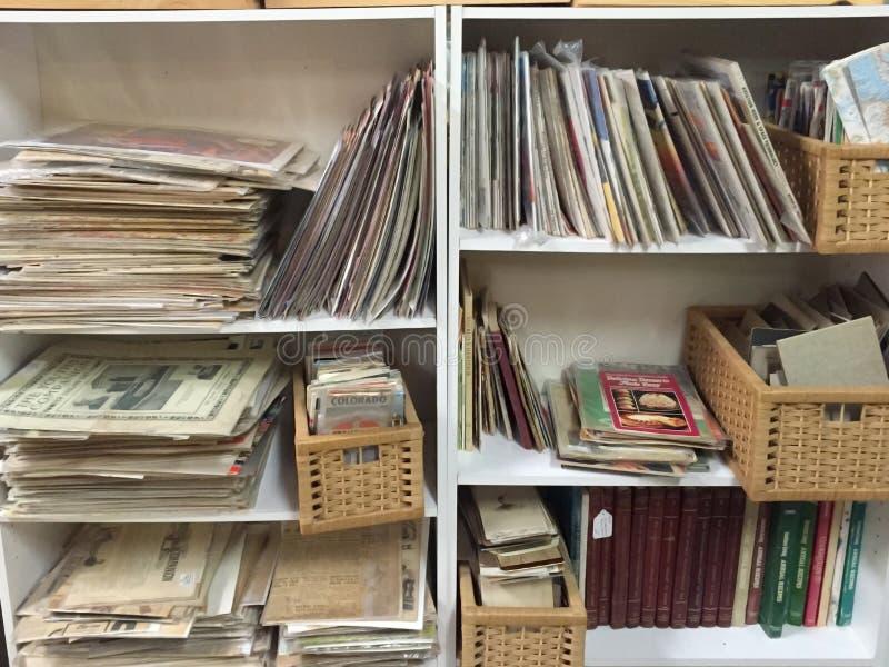 Vieil ADS et livres se vendant au deuxième magasin de marchandises photos libres de droits