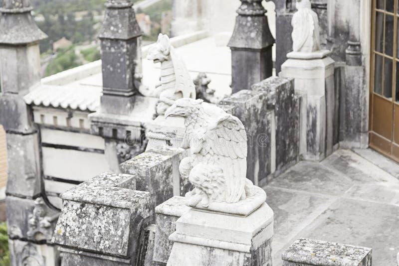 Vieil aigle en pierre photos stock