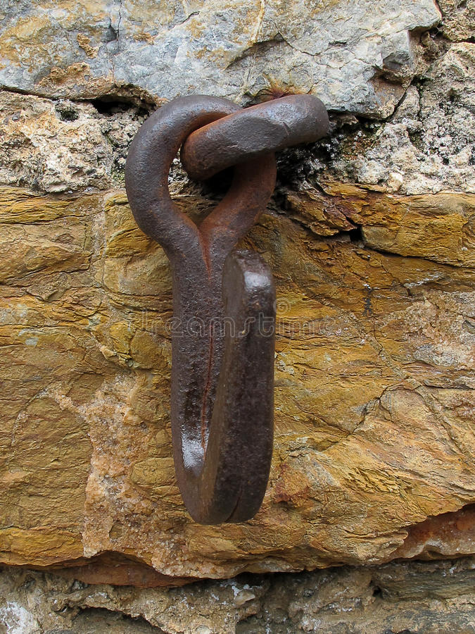 Vieil anneau de cheval sur le mur images stock