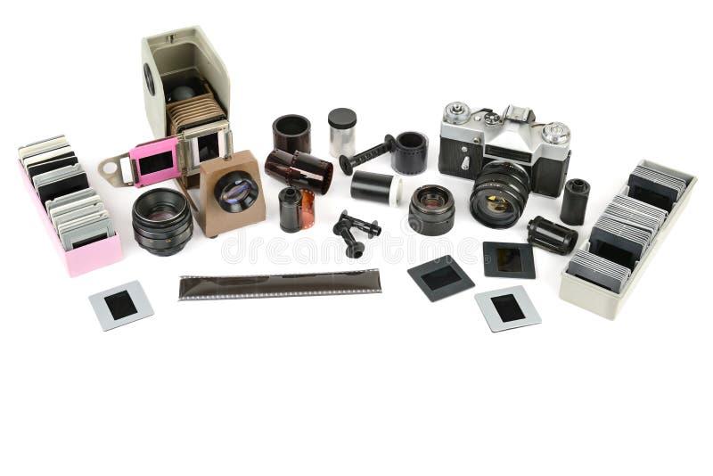 Vieil appareil-photo de film d'accessoires et projecteur de diapositives d'isolement sur le petit morceau photographie stock libre de droits
