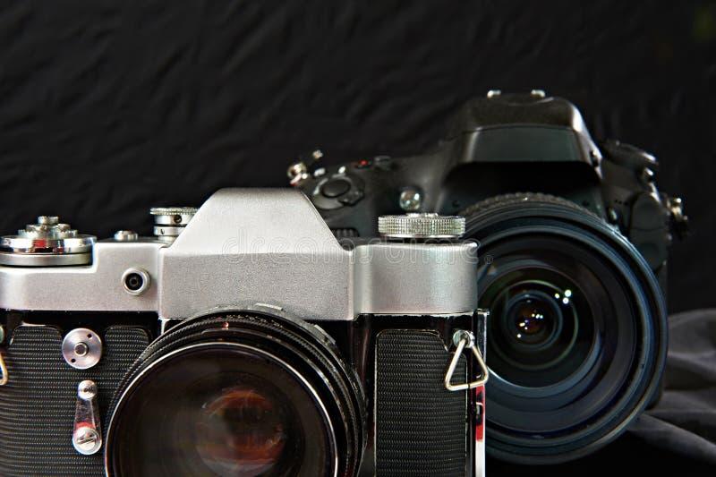 Vieil appareil-photo de film de vintage et le numérique photographie stock libre de droits