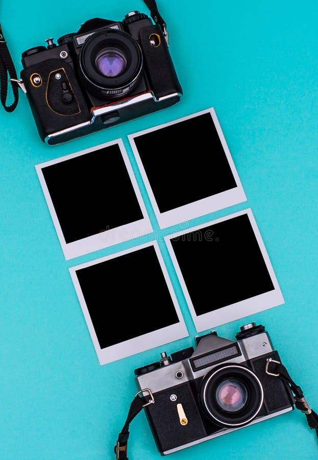 Vieil appareil-photo de film et photographies instantanées avec l'espace vide sur le fond cyan concept de course image libre de droits