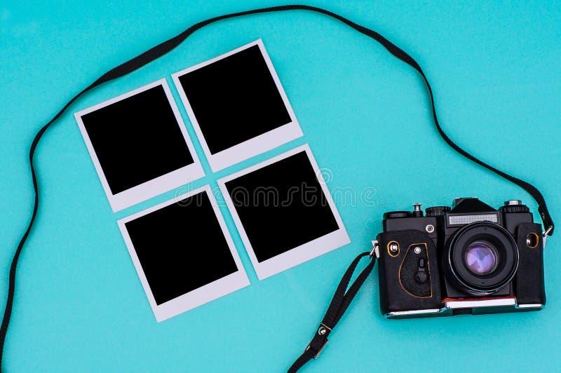 Vieil appareil-photo de film et photographies instantanées avec l'espace vide sur le fond cyan concept de course photos stock