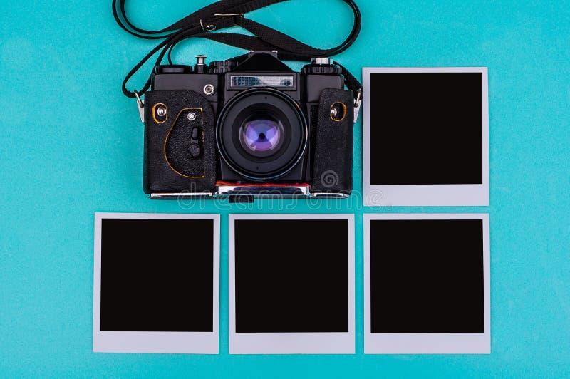 Vieil appareil-photo de film et photographies instantanées avec l'espace vide sur le fond cyan concept de course image stock